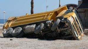 إنقلاب شاحنة لنقل الرمال بقنطرة واد تانسيفت