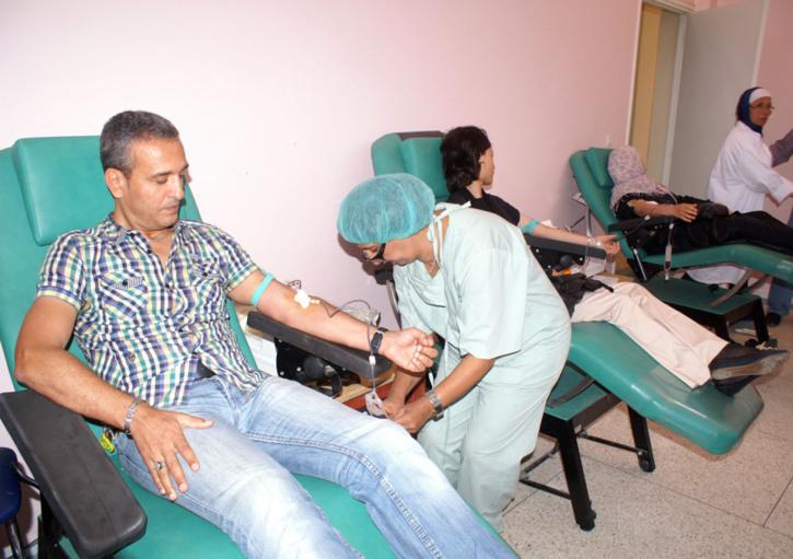 فيديو: عزيز بودربالة يتبرع بالدم لصالح جرحى حادثة تيشكا