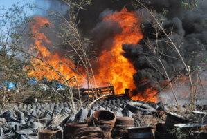 عاجل : حريق مهول بمخزن احد مصانع المصبرات بالحي الصناعي لقديم