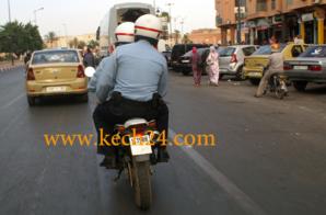 رجلا أمن بالزي المدني يفتشان حافلة للنقل الحضري بمراكش