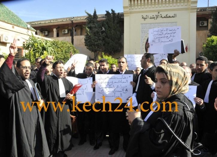 اصحاب البذلة السوداء ينظمون وقفة احتجاجية بالمحكمة الابتدائية بمراكش للمطالبة بتطبيق المادتين 31 و 32