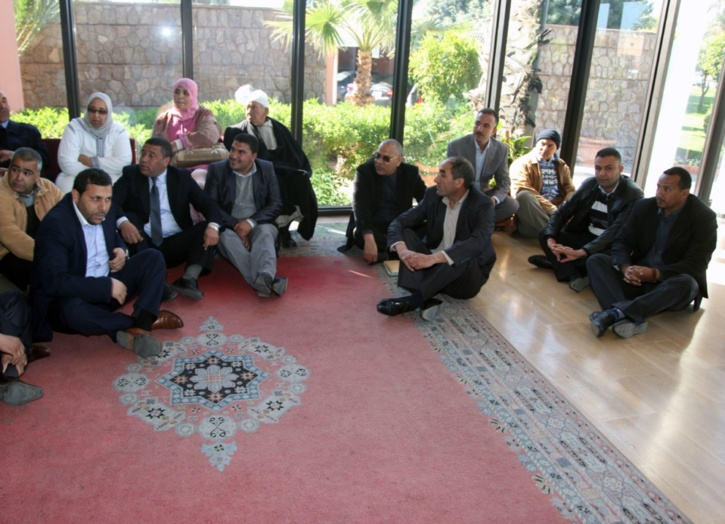احتجاج أعضاء مجلس بلدية العطاوية ضد محمد نجيب بن السيخ عامل قلعة السراغنة أمام مقر ولاية الجهة