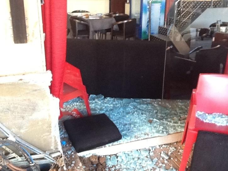 عاجل : سيارة من نوع جاگوار تقتحم مقهى رانيا ايس بحي جيليز بمراكش (صور حصرية)