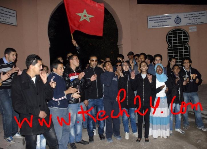 تلاميذ معهد المكفوفين يقطعون شارع أسفي بمراكش احتجاجا على جرح 6 منهم من طرف القوات العمومية