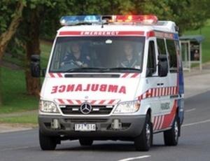 سيارة إسعاف تتسبب في حادثة سير خطيرة بمدارة عين أيطي