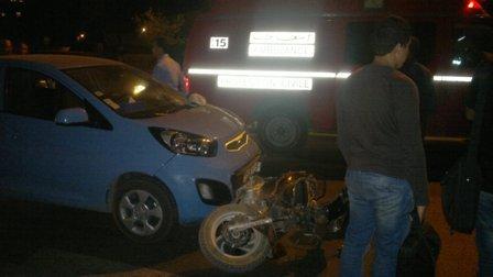 إصابة سائق دراجة نارية بجروح خطيرة في إصطدام قوي مع سيارة + صورة