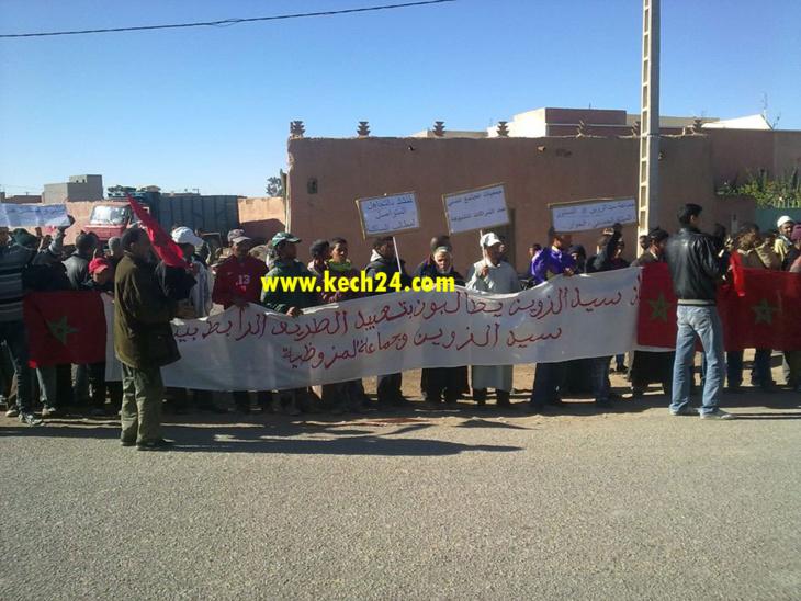 ساكنة سيدي الزوين نواحي مراكش تنفذ وقفة إحتجاجية امام مقر الجماعة + صور
