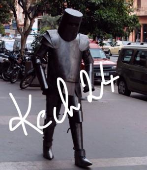 رجل حديدي يتجول بشوارع مراكش يثير انتباه رواد المقاهي بجيليز