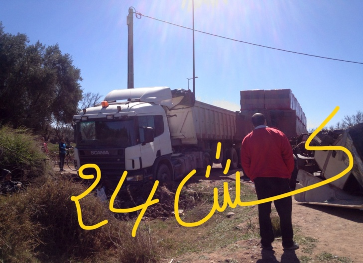 عاجل: إصابة سيدة في إصطدام قوي لشاحنتين كبيرتين قرب المحاميد 9 + صور حصرية