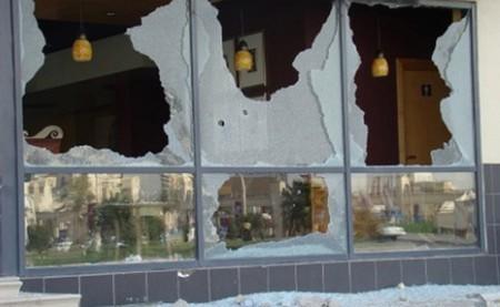 حصري : شجار بين شخصين يؤدي إلى تكسير زجاج وكالة بنكية بسيدي يوسف بنعلي