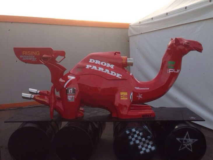 مجسم الجمل على شكل سيارة للسباق بالدوري الدولي لسباق السيارات السياحية بمراكش يثير إعجاب الزوار