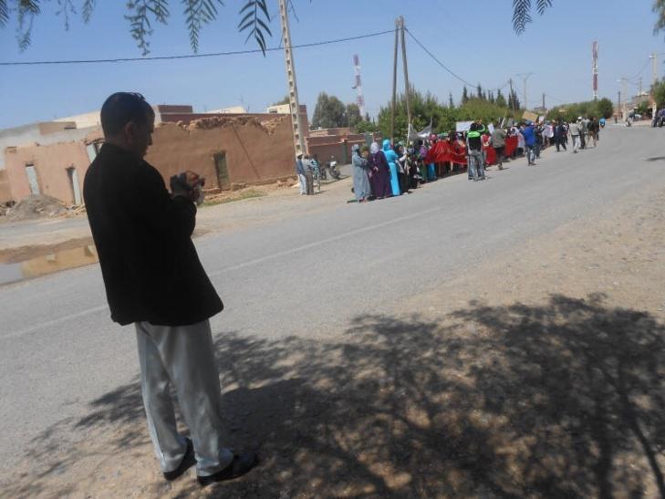 كيف تحول موظف بجماعة سيدي الزوين الى مصور مزيف اثناء الوقفة الاحتجاجية التي نظمتها الساكنة