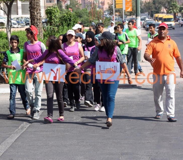 تلاميذ مؤسسة تعليمية بمراكش يخرجون إلى الشارع العام لهذه الأسباب + صور