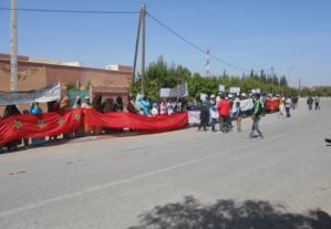 ساكنة سيدي الزوين تتظاهر ضد مشروع تعبيد طريق باتجاه منزل مستشار جماعي رغم قرار المنع