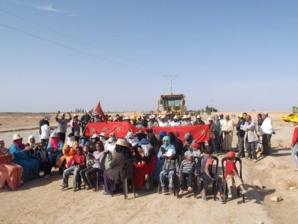 عاجل: مواطنون بسيدي الزوين يحولون أجسادهم إلى متاريس أمام جرافات المجلس الجماعي