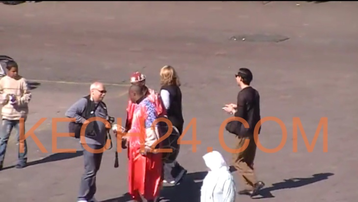 فضيحة بالڤيديو : ها كيفاش كيتسرقوا السّواح في جامع لفنا بمراكش