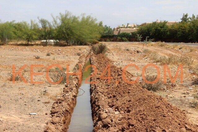 إقامة فاخرة دون شبكة الصرف الصحي ضواحي مراكش + صورة لقناة الصرف الصحي على الهواء