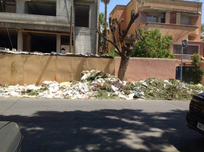 مراكش تغرق في الأزبال والجمعية المغربية لحقوق الانسان تدخل على الخط + صور
