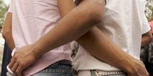 إيحاءات جنسية بالشارع تفضح تورط والد دبلوماسية بريطانية ومغربي في الشذوذ وتصوير لقطات خليعة بمراكش