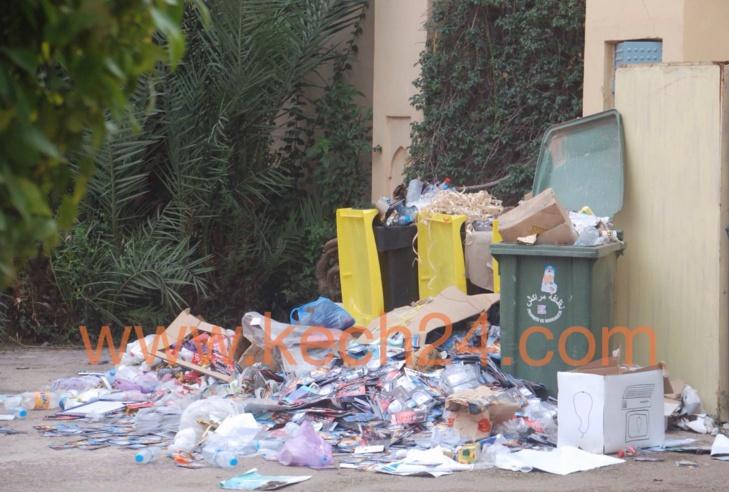 بالصور: أكوام النفايات تحاصر بناية المسرح الملكي بكليز