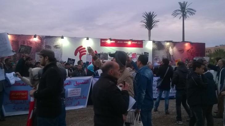 عاجل: وقفة احتجاجية للهيآت المقاطعة للمنتدى العالمي لحقوق الإنسان بمراكش + صور