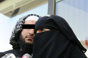 لهذا السبب اضطر رجل ملتحي لارتداء لباس امرأة منقبة بساحة جامع الفنا بمراكش