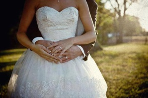 عروس تتخلى عن عريسها وتتزوج برجل من المدعويين لحفل الزفاف