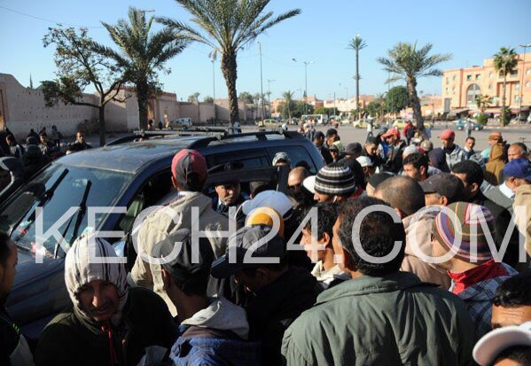 إعتقال شاب في حالة سكر روع المارة بطريقة قيادته لسيارة رباعية الدفع بساحة باب دكالة بمراكش+ صور حصرية