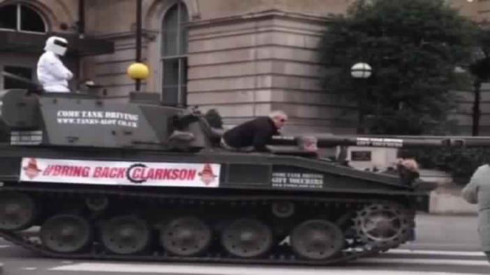 دبابة أمام مقر قناة