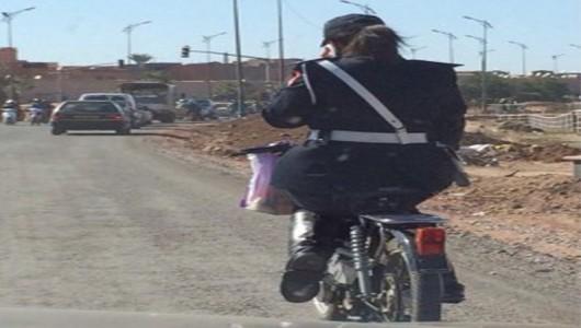 صورة لشرطية بمراكش تتحدث في الهاتف على متن دراجتها النارية تشعل