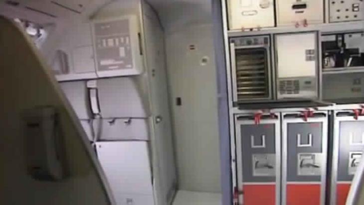قائد الطائرة الألمانية حاول كسر باب القمرة بالفأس ومساعده عانى الاكتئاب