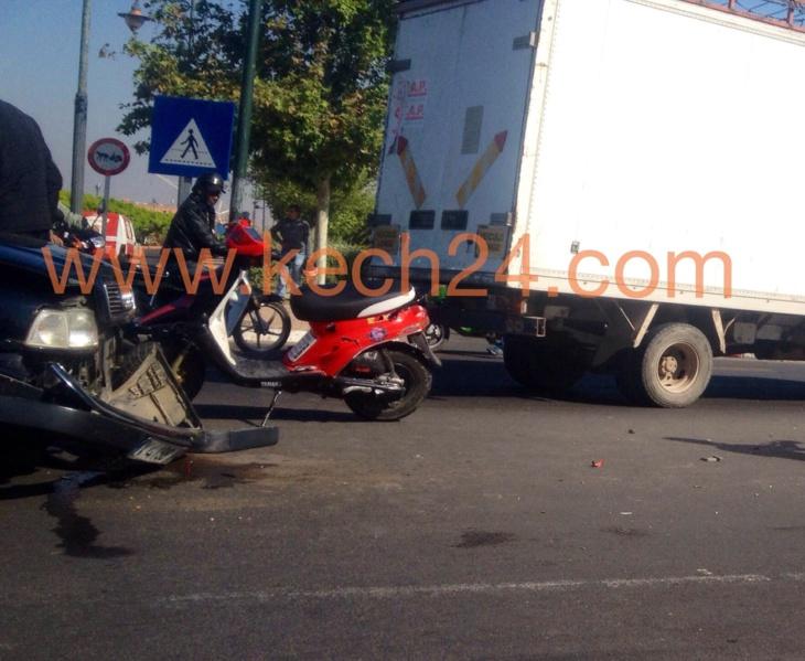 عاجل: بالصور..شاحنة تتسبب في حادث إصطدام بين سيارة مرقمة بالخارج ودراجة نارية بمراكش