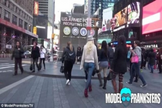 بالصور: عارضة أزياء أمريكية تخرج عارية بسروال