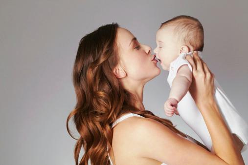 المخاطر النفسية لتقبيل الطفل في فمه