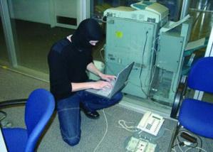 الأمن يعتقل شابا اقتحم حسابات بنكية عالمية