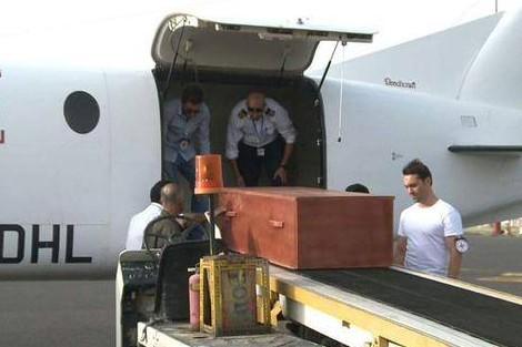 بالصور: تسليم جثة ربان طائرة الـ