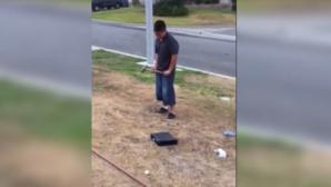 رجل يرغم ابنه على تحطيم جهاز ألعاب بسبب تدني مستواه الدراسي + فيديو