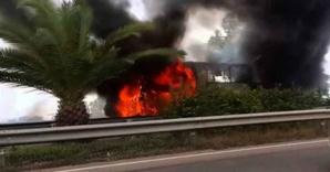 النيران تلتهم حافلة للمسافرين على الطريق السيار والركاب ينجوون بأعجوبة من الحادث...هافين وكيفاش