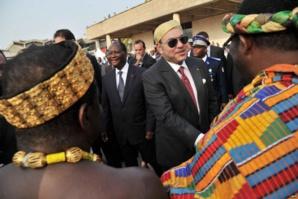 استقبال رسمي وشعبي للملك محمد السادس بغينيا بيساو محطته الثانية في جولته الإفريقية
