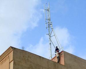 شركة اتصالات تعتزم وضع لاقط هوائي بسطح منزل بحي آهل بالسكان جنوب أسفي