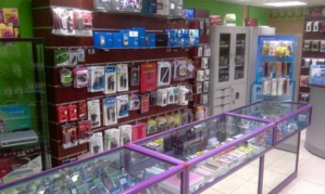 لصوص يقتحمون محلا تجاريا بشارع علال الفاسي بمراكش ويسرقون 14 هاتفا وحاسوبا محمولا + صور