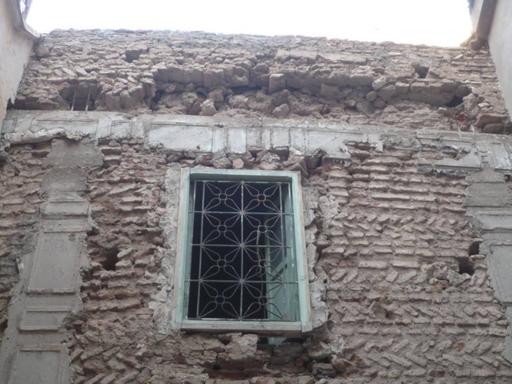 منزل آيل للسقوط يهدد أرواح المواطنين بالمدينة العتيقة بمراكش + صور