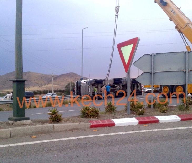 إنقلاب شاحنة كبيرة محملة بأكياس الحبوب تربك حركة السير بمدخل مراكش + صورة حصرية