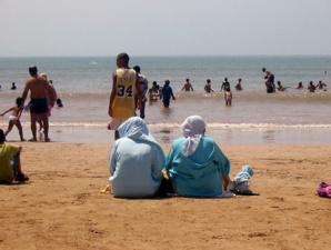 ملثمون مدججين بأسحة بيضاء وغازات مسيلة للدموع يهاجمون المصطافين بشاطئ عبدونة شمال المغرب