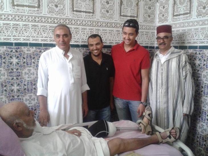 الفنان المراكشي عبد الجبار الوزير يحصل على رجل اصطناعية بعد بتر ساقه اليسرى + صور