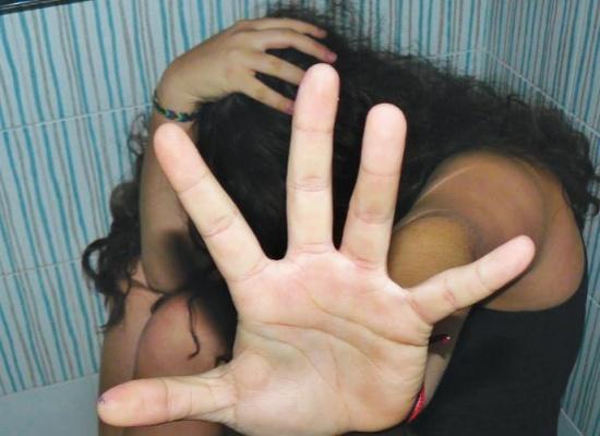 فظيع: أب يشارك أصدقائه في اغتصاب طفلته 500 مرة