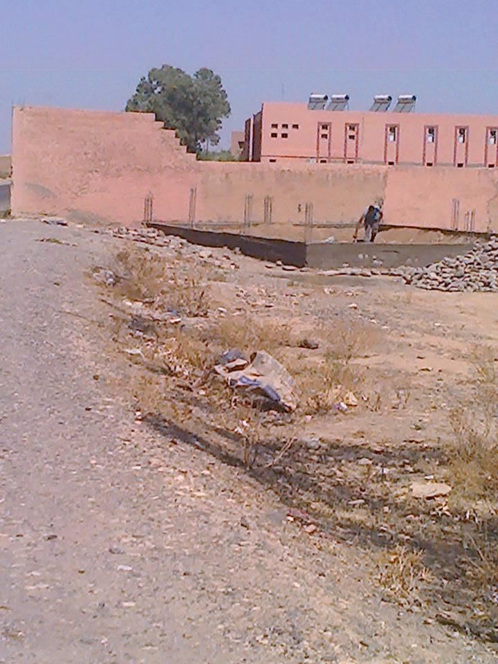 فضيحة: مع انطلاق الحملة الإنتخابية..تشييد منزل على جدار مؤسسة تعليمية وعلى بعد مسافة قليلة من طريق اقليمية ضواحي مراكش