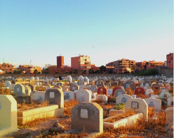 حارس مقبرة يبيع القبور بـ 1200درهم بمراكش وأولاده يتحولون إلى عصابة للتهديد والإبتزاز