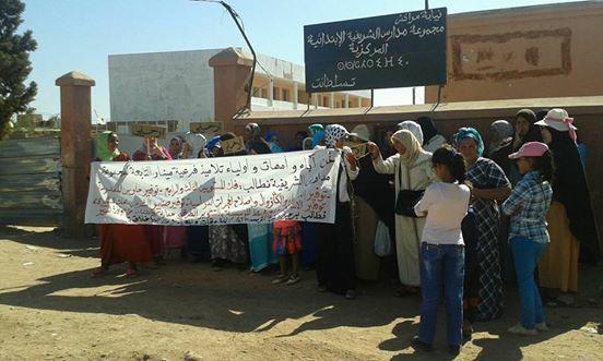 أمهات يتظاهرن أمام مجموعة مدارس الشريفية بمراكش ويرفعن شعار