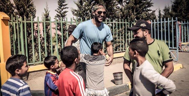 البطل المغربي بدر هاري يوزع أزيد من 200 خروف على الأسر المعوزة بمناسبة عيد الأضحى + صور